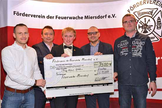 Der Vereinsvorsitzende Karl Uwe Fuchs übergibt einen Scheck über 7.500 € für die Jubiläumsfahrt nach Prag (Stefan Speiler, Sven Herzberger, Karl Uwe Fuchs, Björn Lakenmacher und Christian Ziemann [v.l.n.r.]