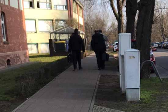 Die Razzia ist beendet. Ermittler haben das Rathaus mit großen Aktenkoffern verlassen.