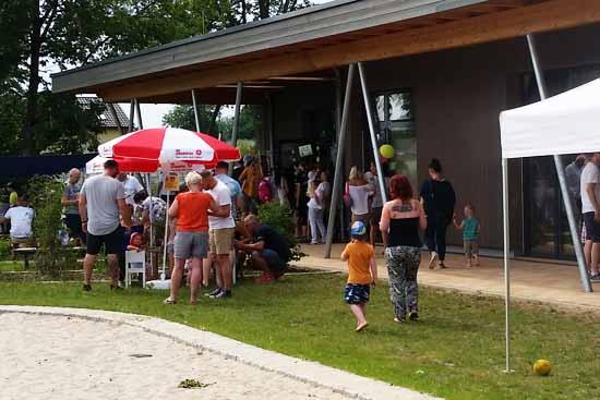Kinder, Muttis und Vatis beim Sommerfest (Foto: mwBild)