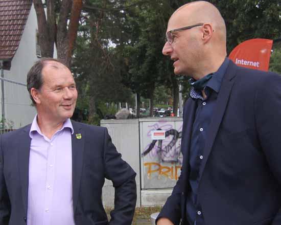 Mit Corona - Abstand: Bürgermeister Jörg Jenoch und DNS - Vertriebsboss Rauer. (Foto:mwBild.de)