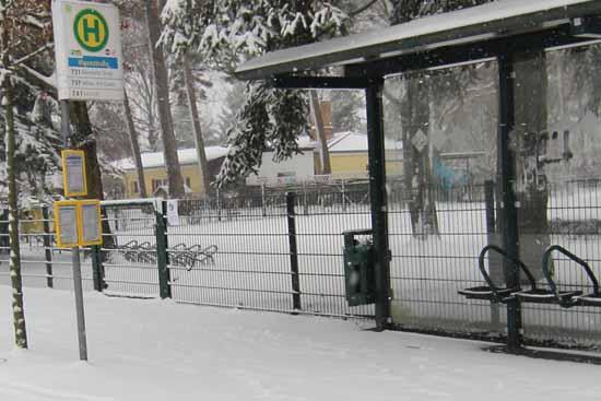 3.01.2021, 12:57 Uhr: Höchste Vorsicht wegen akuter Rutschgefahr, wie hier an der Bushaltestelle Illgenstraße, war für Fahrgäste des RVS geboten. (Foto: mwBild)