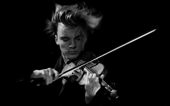 ECHO-Klassik-Preisträger Yury Revich spielt auf seiner Stradivari bei den Schlosskonzerten. Foto: Mike Ives