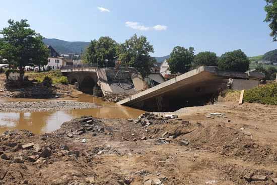 Die Todes-Flut brachte diese Betonbrücke zum Einsturz.