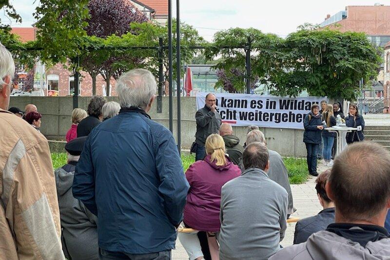 Etwa 200 Wildauer versammelten sich heute gegenüber dem S-Bahnhof.