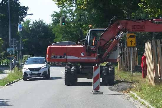 Riesen Gefahr: Fußgänger, Rad- und Autofahrer, AUFGEPASST!