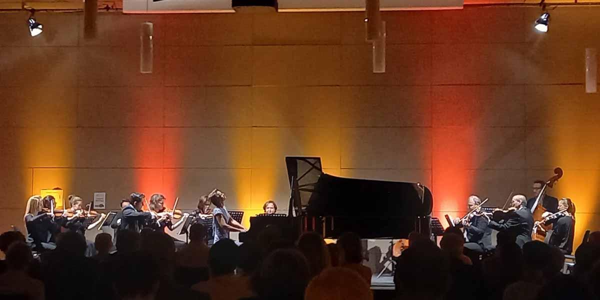 Gerlint Böttcher (Klavier) und das Südwestdeutsche Kammerorchester Pforzheim unter der Leitung von Timo Handschuh präsentierten das Konzert für Klavier und Orchester von Frédéric Chopin. (Foto: Gerlint Böttcher).